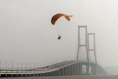 在Suramadu桥梁的Paramotors 免版税图库摄影