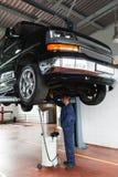 在SUV的换油,服务维护 免版税图库摄影