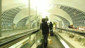 在Suvanaphumi机场登机口的平底锅和移动式摄影车照相机  影视素材