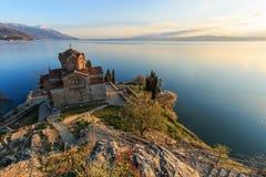 在Sveti (圣徒) Jovan金郎教会的日落奥赫里德湖的 免版税库存照片