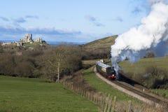 在Swanage铁路的蒸汽火车在Corfe城堡,多西特附近 eng. 免版税图库摄影