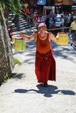 在swayambhunath,加德满都,尼泊尔的修士运载的事 免版税库存照片