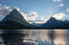 在Swiftcurrent湖登上Grinnell反映在日落 免版税图库摄影
