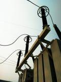 在switchyard的电机设备在发电厂 免版税图库摄影