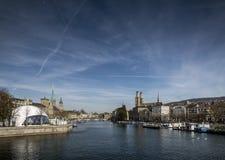 在switzerlan的中央苏黎世老镇利马特河河地标视图 库存照片