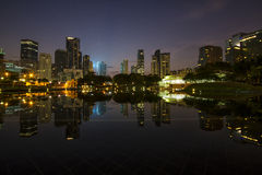 在Symphony湖的日出在吉隆坡市中心前面 免版税库存图片