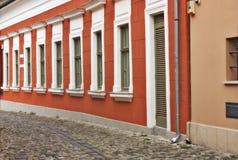 在Szentendre匈牙利的典型的欧洲胡同 免版税库存图片