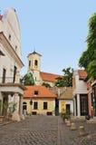 在Szentendre匈牙利的典型的欧洲胡同 图库摄影