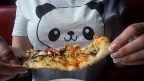 在T恤杉和薄饼的熊猫 免版税库存照片