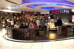 在T3终端, IGIA的一家咖啡店 免版税库存照片