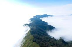 在Ta Xua,越南的惊人的云彩和山landcape 免版税库存图片