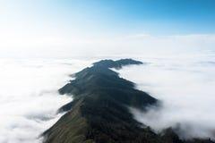 在Ta Xua,越南的惊人的云彩和山landcape 库存照片