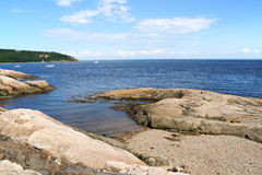 在Tadoussac,加拿大附近的海岸 免版税库存照片