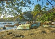 在Taganga海湾的渔船在哥伦比亚 免版税库存照片