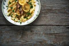 在tagliatelle,草本,柠檬,顶视图, penne面团的三文鱼内圆角 免版税库存图片