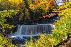 在Tahquamenon的秋天颜色在密执安下跌 库存照片