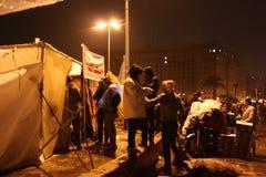 在tahrir的人们&帐篷在埃及革命时 图库摄影