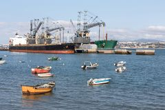 在tajo河的小老渔船在里斯本葡萄牙附近 库存图片