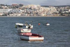 在tajo河的小老渔船在里斯本葡萄牙附近 免版税库存照片