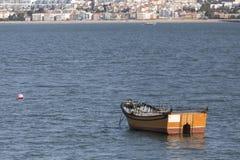 在tajo河的小老渔船在里斯本葡萄牙附近 图库摄影
