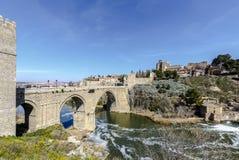 在Tajo河的普恩特de圣马丁省桥梁在托莱多 免版税库存图片