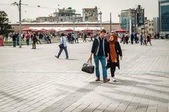 在Taksim的夫妇在伊斯坦布尔,土耳其摆正 库存照片