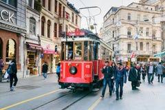 在Taksim Istiklal街上的老电车 伊斯坦布尔 火鸡 库存照片