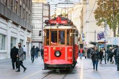 在Taksim Istiklal街上的老电车 伊斯坦布尔 火鸡 免版税库存图片