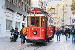 在Taksim Istiklal街上的老电车 伊斯坦布尔 火鸡 库存图片
