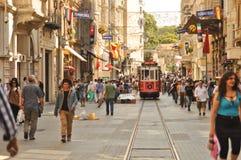 在Taksim Istiklal街道的葡萄酒电车 库存照片