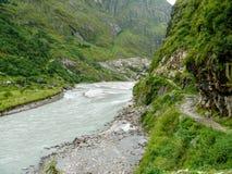 在Tal村庄-尼泊尔附近的Marsyangdi河 免版税库存图片