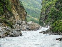 在Tal村庄-尼泊尔附近的Marsyangdi河 免版税图库摄影