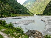 在Tal -尼泊尔附近的Marsyangdi河 免版税图库摄影