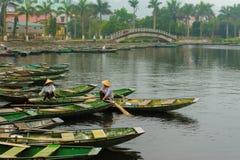 在Tam Coc码头,越南的小船 库存照片