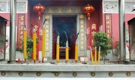 在Tam Kung寺庙的闷燃的中国蜡烛 库存图片
