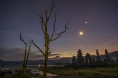 在Tamblingan湖,巴厘岛的寺庙 图库摄影