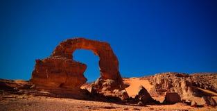 在Tamezguida亦称成拱形非洲的岩层阿尔及利亚的曲拱或曲拱有月亮的在Tassili nAjjer国家公园在阿尔及利亚 免版税库存照片