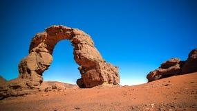 在Tamezguida Tassili nAjjer国家公园阿尔及利亚亦称成拱形非洲的岩层阿尔及利亚的曲拱或曲拱有月亮的 图库摄影