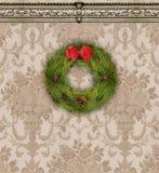 在Tan锦缎墙纸的圣诞节花圈与华丽造型 免版税库存照片