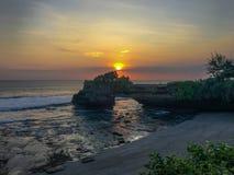 在Tanah全部寺庙的日落在巴厘岛 免版税库存图片