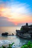 在Tanah全部寺庙,巴厘岛,印度尼西亚的日落 免版税库存图片