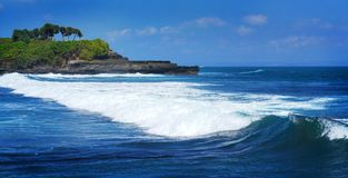 在Tanah全部,巴厘岛印度尼西亚的美丽的波浪 免版税库存照片