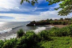 在Tanah批次,巴厘岛附近的海岸 印度尼西亚 免版税库存图片