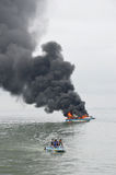 在Tarakan,印度尼西亚加速在火的小船 库存图片