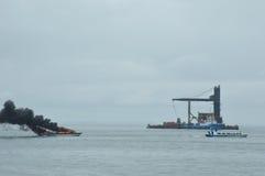在Tarakan,印度尼西亚加速在火的小船 免版税库存图片