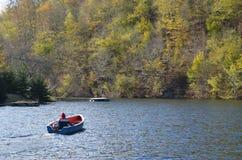 在Tarnita湖,科鲁,特兰西瓦尼亚,罗马尼亚的小船 免版税库存图片