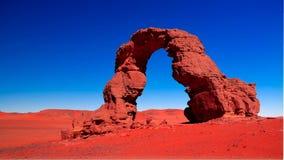 在Tassili nAjjer的Tamezguida亦称成拱形非洲的岩层阿尔及利亚的曲拱或曲拱有月亮的在阿尔及利亚 库存照片