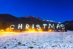 在Tatra山下的圣诞节标志在晚上 库存图片