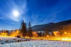 在Tatra山的冬天谷在晚上 免版税库存照片