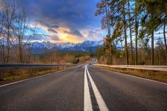 在Tatra山的美好的日出在冬天 库存图片